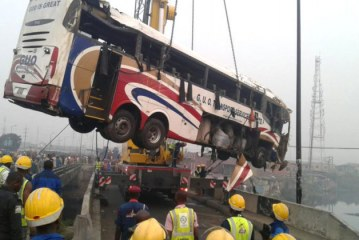 In Pictures: Bus plunges into Ikorodu water